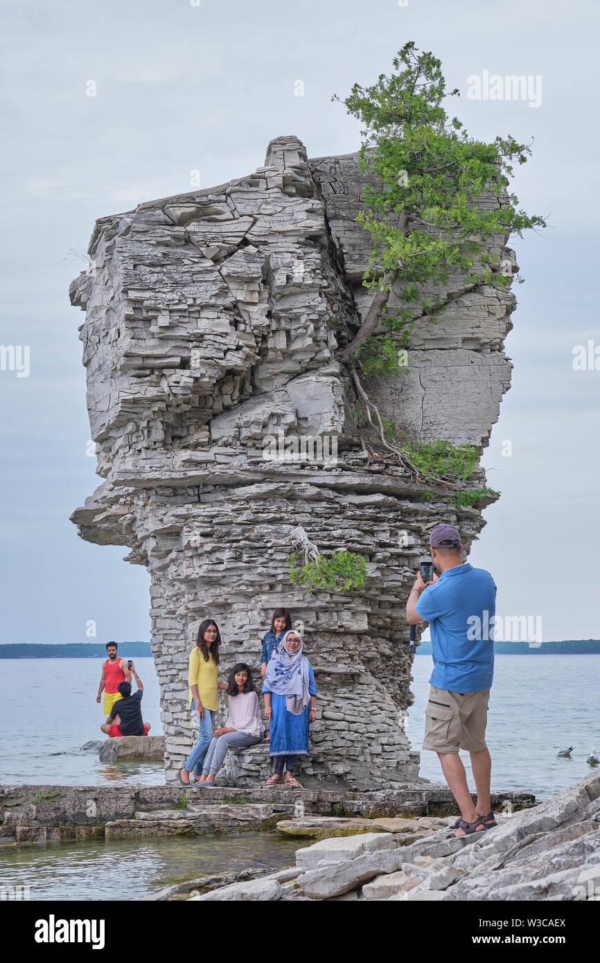 Touristen posieren für Fotos in der nähe Meer auf Blumentopf Insel Georgian Bay Ontario stack. Stockbild