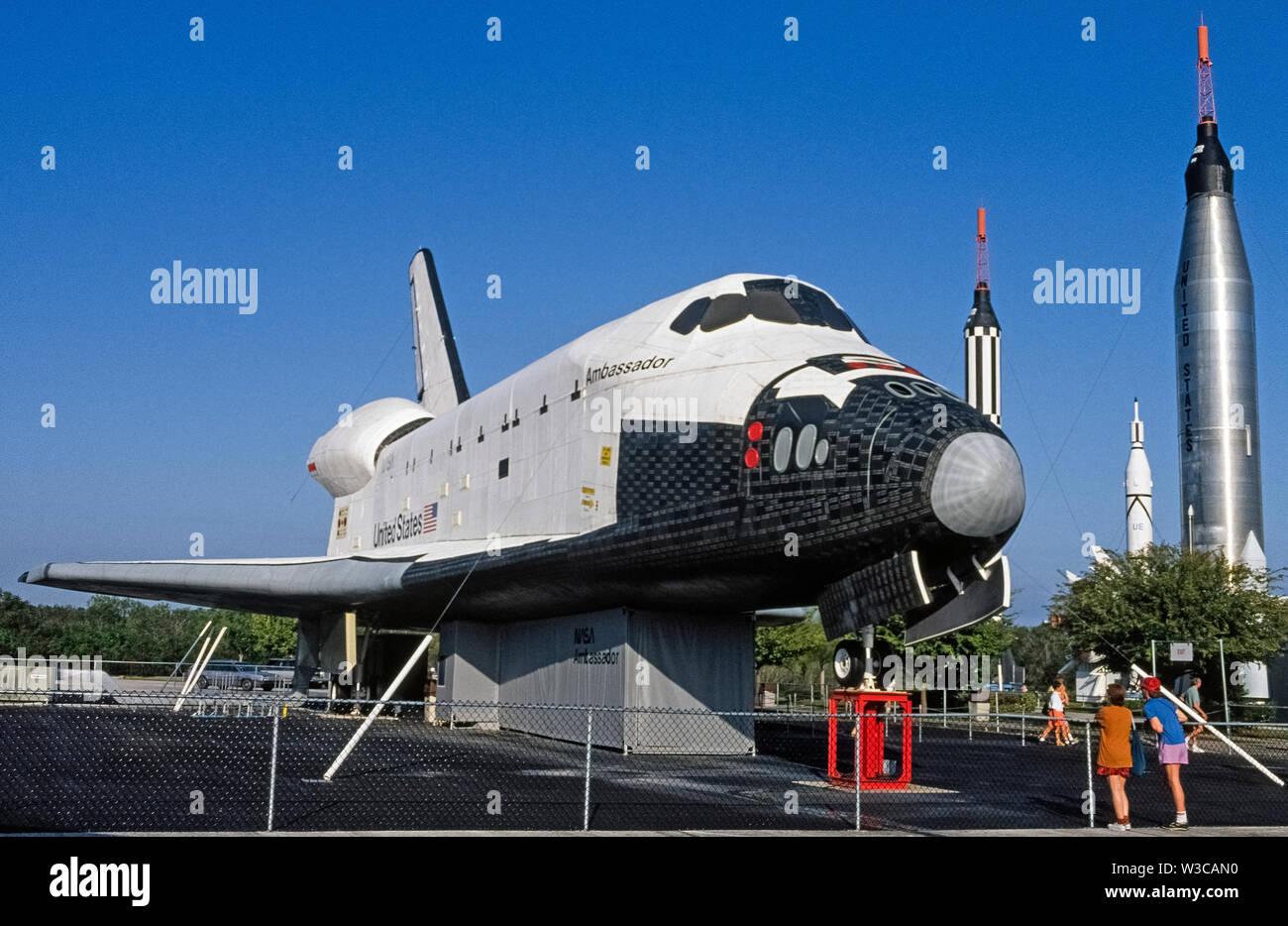 Ein Mock-up eines Space Shuttle Orbiter konzipiert, Astronauten und Fracht von und zur Internationalen Raumstation bringen unseren Planeten kreisen war auf Anzeige im Freien im Kennedy Space Center in Cape Canaveral, Florida, USA, wenn dieses Foto wurde im Jahr 1976 übernommen. Der Botschafter war eine vollständige Nachbau von sechs Rakete - verstärkt Shuttles, die 135 Flüge gemacht, während die von den Vereinigten Staaten Nationale Luft- und Raumfahrtbehörde (NASA betrieben wird) von 1981 bis 2011. Heute ist die letzte der pensionierte Space Shuttles zu fliegen, das Atlantis ist auf Ausstellung am Kennedy Space Center. Stockfoto