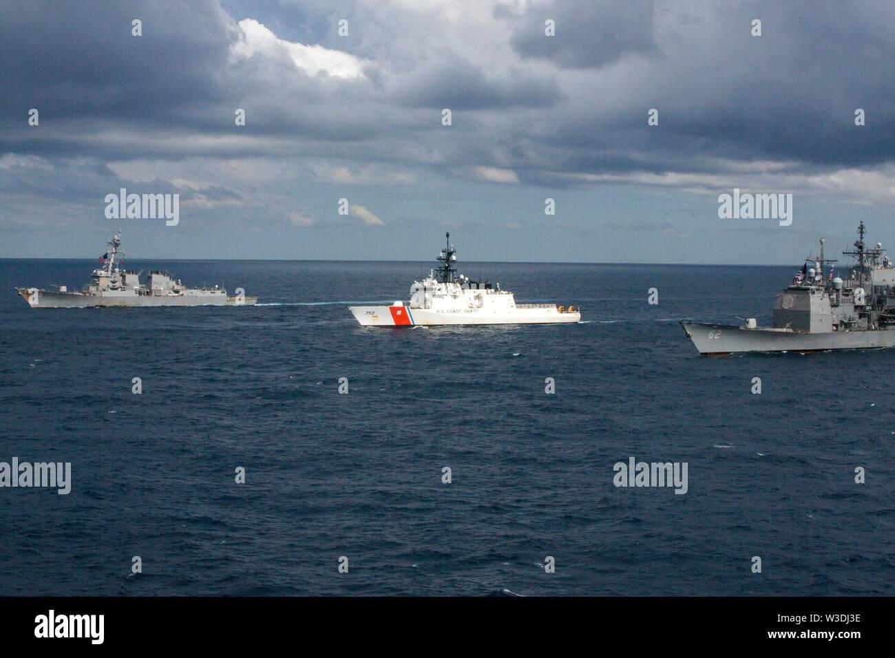 Schiffe der Expeditionary Strike Group 7 Transit durch die Tasmanische See, die sich in der Ausbildung neben den Amphibisches Schiff USS Wasp (LL 1), Juli 11, 2019 als Teil der Talisman Sabre 2019. Wasp, Flaggschiff der Wasp Expeditionary Strike Group, mit Eingeschifft 31 MEU, nimmt derzeit an Talisman Sabre 2019 vor der Küste im Norden von Australien. Eine bilaterale, Biennale, Talisman Sabre ist für US-amerikanische und australische Combat Training, Bereitschaft und Interoperabilität durch realistische, einschlägige Ausbildung notwendigen regionalen Sicherheit, Frieden und Stabilität zu verbessern. (U.S. Marine Cor Stockbild