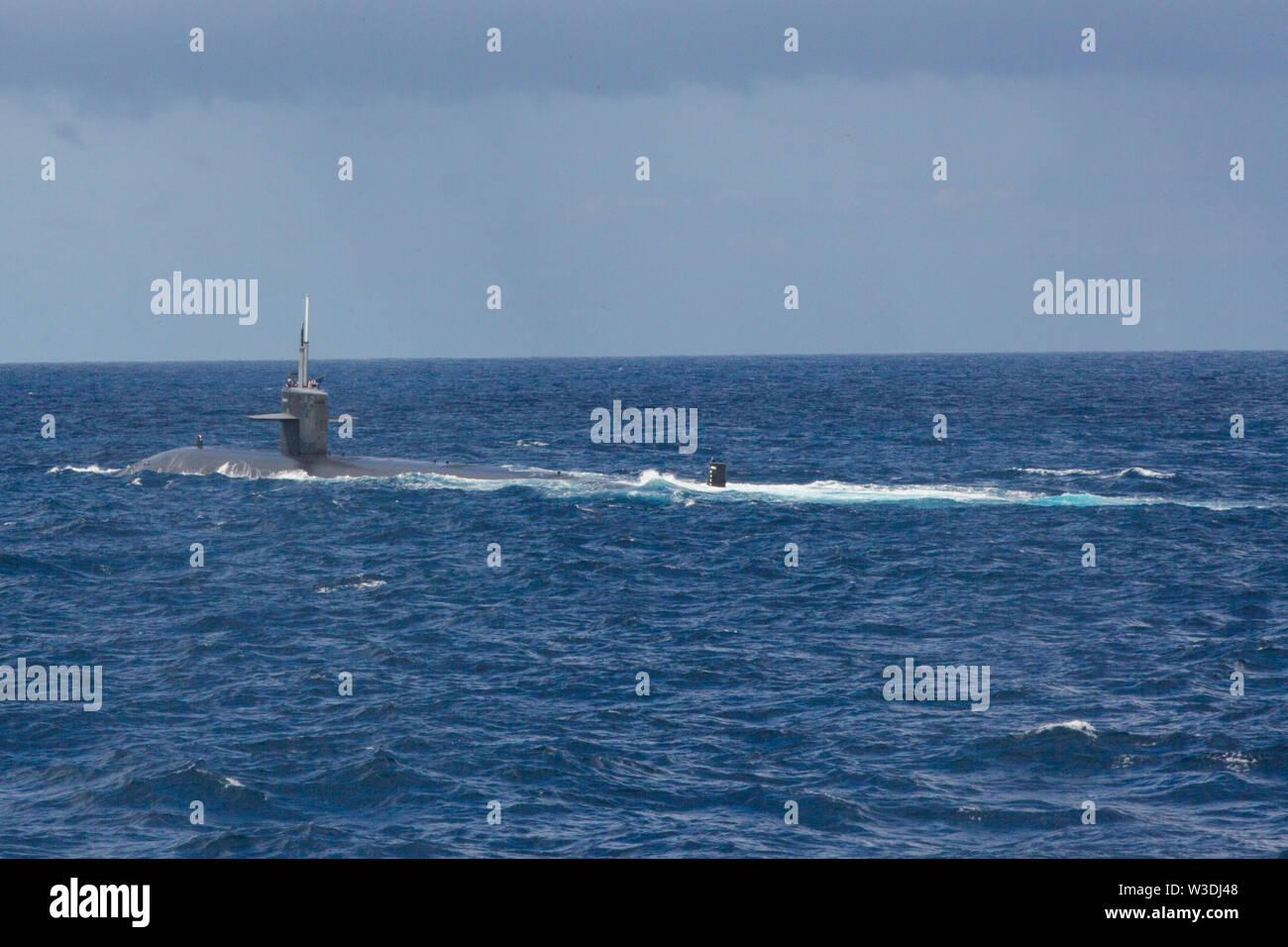 Los Angeles-Klasse Angriffs-U-Boot USS Key West (SSN722) die Durchfuhr durch die Tasmanische See, die sich in der Ausbildung neben den Amphibisches Schiff USS Wasp (LL 1), Juli 11, 2019 als Teil der Talisman Sabre 2019. Wasp, Flaggschiff der Wasp Expeditionary Strike Group, mit Eingeschifft 31 MEU, nimmt derzeit an Talisman Sabre 2019 vor der Küste im Norden von Australien. Eine bilaterale, Biennale, Talisman Sabre ist für US-amerikanische und australische Combat Training, Bereitschaft und Interoperabilität durch realistische, einschlägige Ausbildung notwendig, regionale Sicherheit, Friedens- und stabil zu erhalten zu verbessern. Stockbild