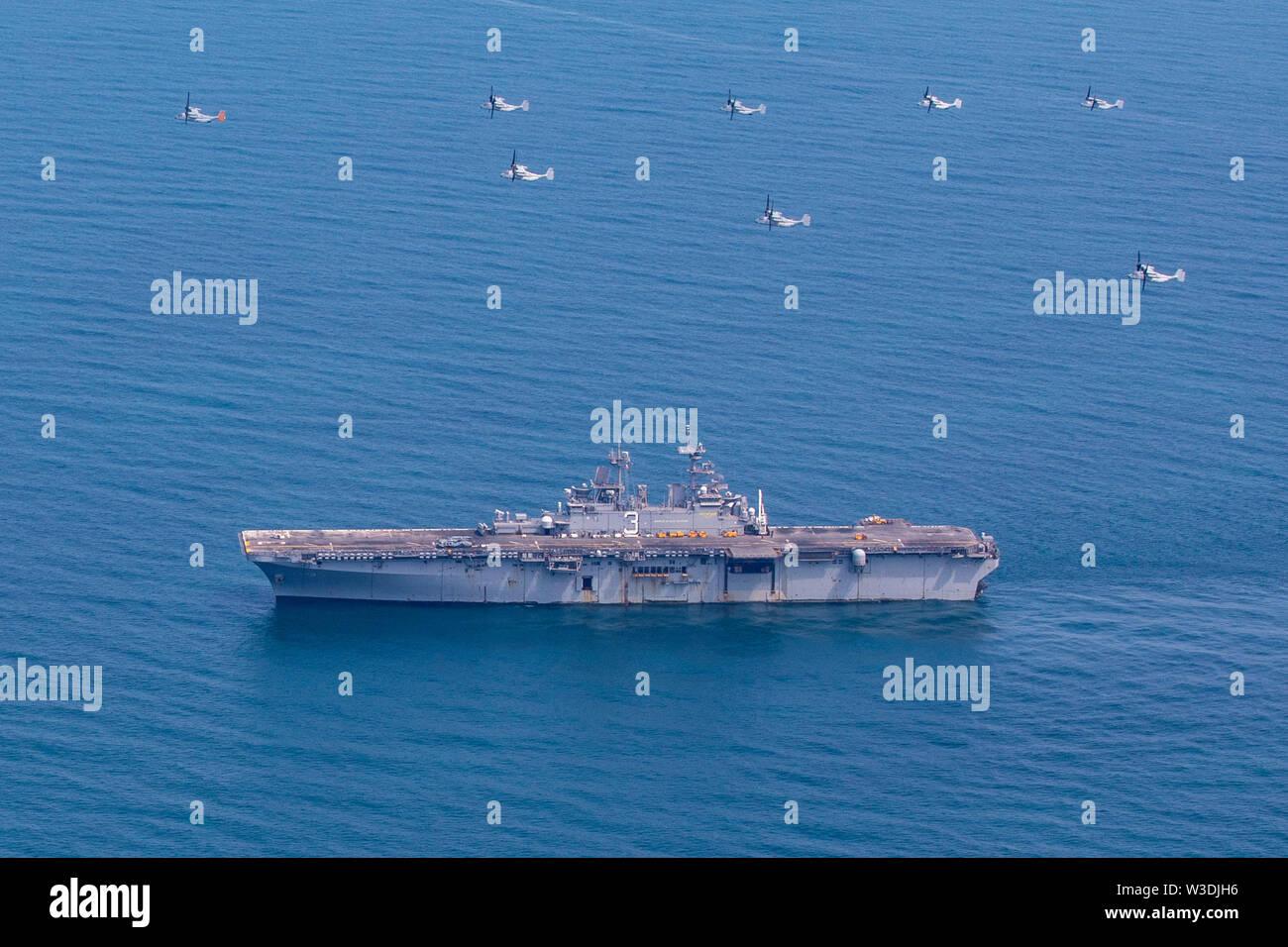 190714-N-WH 681-1163 ATLANTIK (Juli 14, 2019) MV-22 Fischadler fliegen in Formation über die Wasp-Klasse amphibisches Schiff USS Kearsarge (LHD3). Kearsarge ist das Flaggschiff der Kearsarge Amphibious Ready Gruppe. Die kearsarge ARG ist zur Unterstützung der Maritime Security Operations eingesetzt, Krisenbewältigung und Theater Sicherheit Zusammenarbeit, während gleichzeitig ein Vorwärts naval Präsenz. (U.S. Marine Foto von Mass Communication Specialist 3. Klasse Kaitlyn E. Eads/Freigegeben) Stockbild