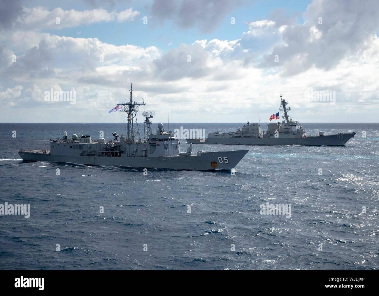190711-N-WK 982-3065 CORAL SEA (11. Juli 2019) Die Royal Australian Navy Adelaide-Klasse geführte-missile Frigate HMAS Melbourne (FFG05), links, und der Arleigh-burke-Klasse geführte Anti-raketen-Zerstörer USS William S. Lawrence (DDG110) Manöver in Ausbildung während der Talisman Sabre 2019. Talisman Sabre 2019 zeigt die Nähe des australischen und US-amerikanischen Allianz und die Stärke der militärischen Beziehung. Dies ist der achte Iteration dieser Übung. (U.S. Marine Foto von Mass Communication Specialist 2. Klasse John Harris/Freigegeben) Stockbild