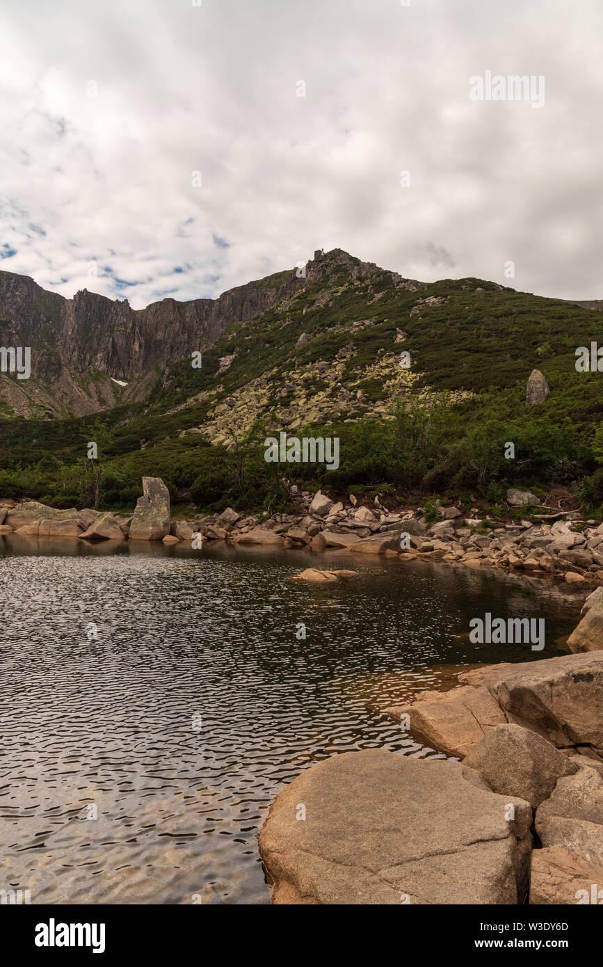 Wild Sniezne Kotly Gletscherkar mit kleinen Seen und Felsen im Riesengebirge in Polen in der Nähe von Grenzen mit der Tschechischen Republik Stockbild