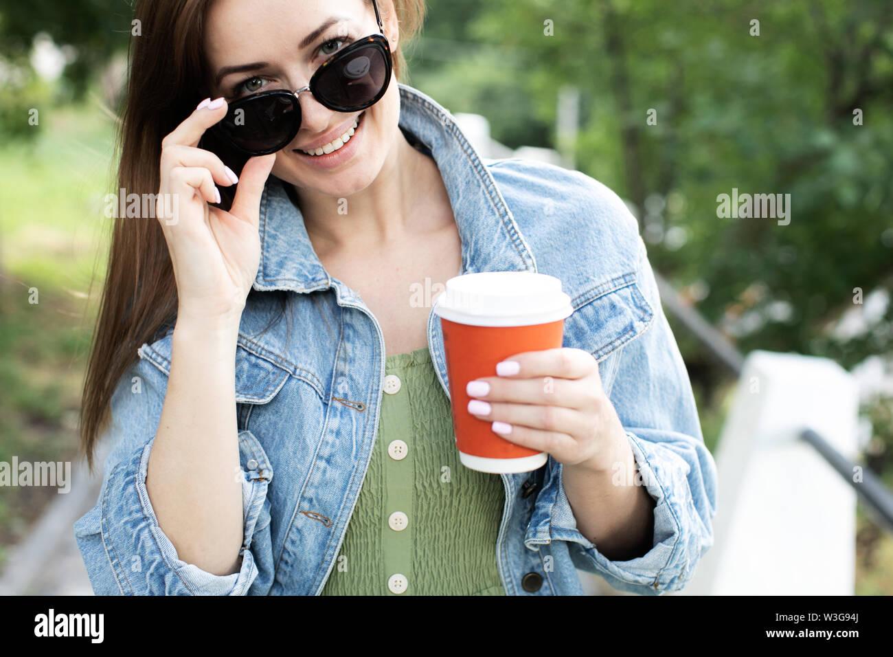 Junge Mädchen trinken Kaffee auf der Straße Stockbild