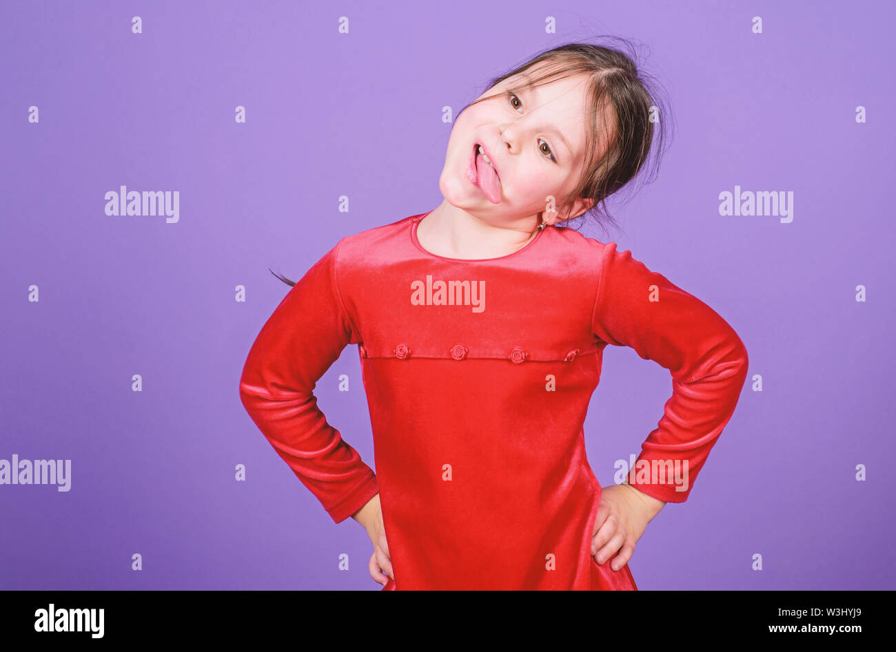 Nur Spaß ist auf meinem Verstand. Mädchen süß verspielt fröhliches Kind lustige Grimasse Gesicht. Glückliche Kindheit. Happy kleines Mädchen. Internationalen Tag der Kinder. Kind ca Stockbild