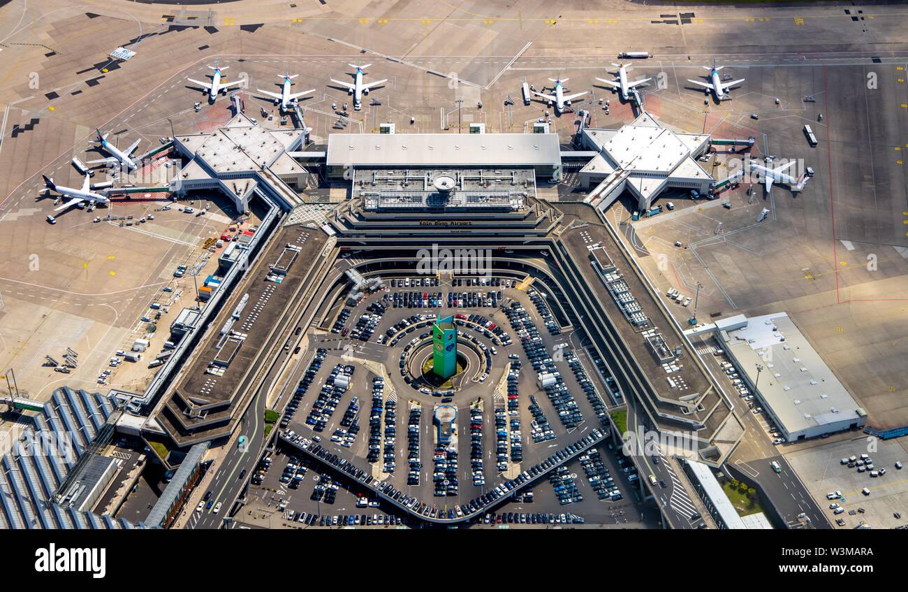 """Luftbild des Flughafens Köln/Bonn """"Konrad Adenauer"""" beim Umgang mit Fingern, Tore mit travel Jets, kommerzielle Flugzeuge, internationalen commerci Stockfoto"""