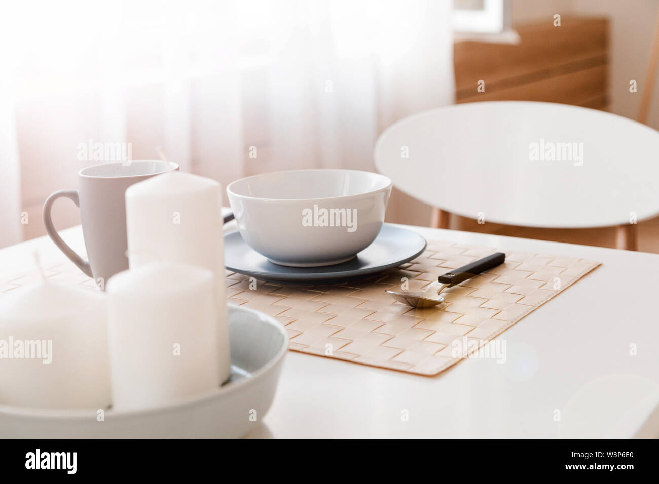 Besteck Tasse Und Teller Und Kerzen Fur Die Dekoration Auf Dem Kuchentisch Stockfotografie Alamy