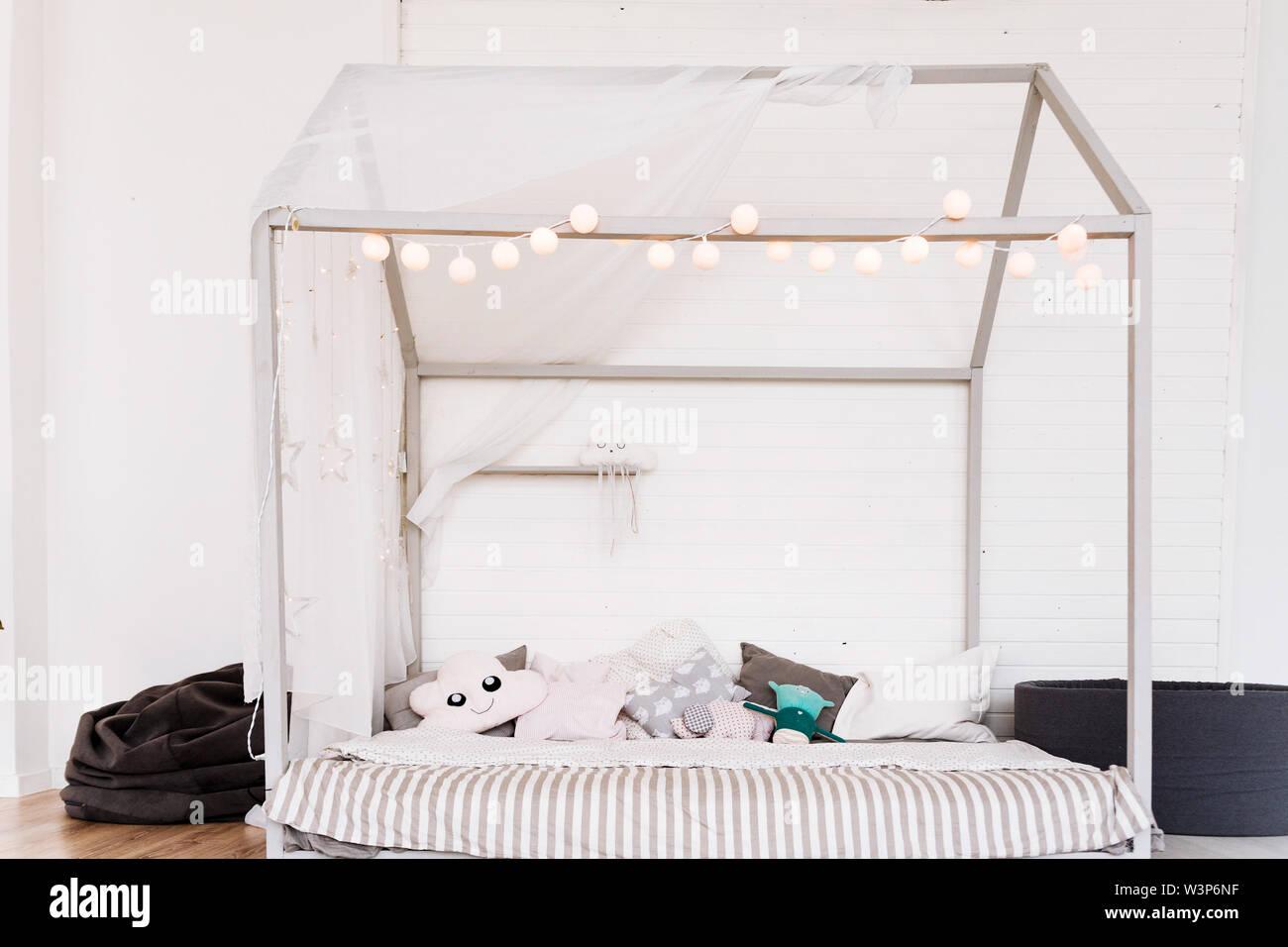 Die modernen Möbel der Kinder in ein geräumiges Schlafzimmer ...