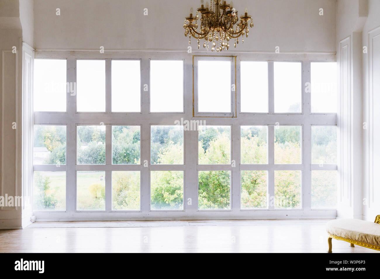 Große schöne weiße Zimmer mit Fenstern bis zum Boden Stockfoto