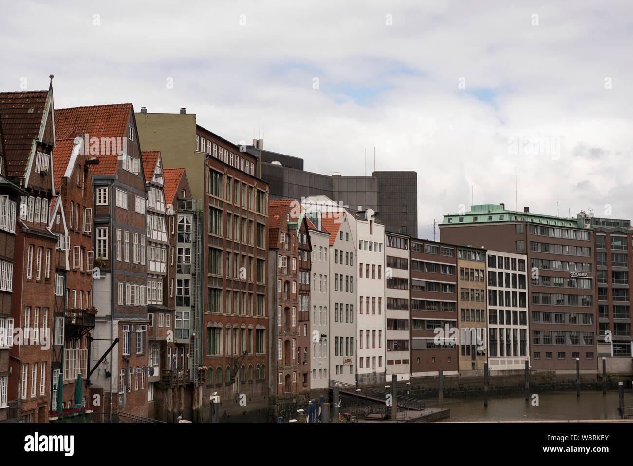 Historische Gebäude an der Deichstraße auf der Nikolaifleet in Hamburg. Die Deichstraße ist die älteste noch erhaltene Straße in der Altstadt. Stockfoto