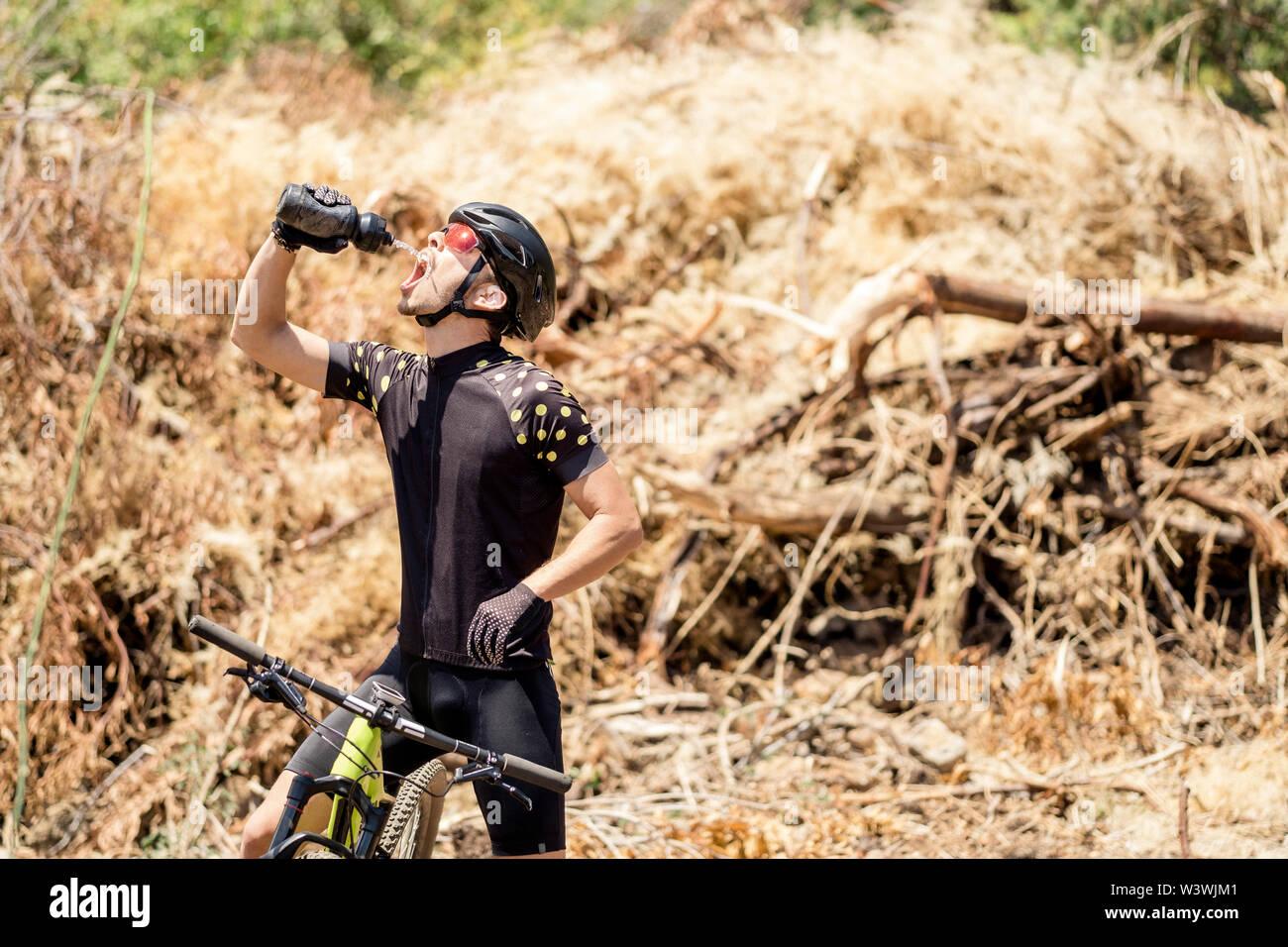 Oberkörper von Mountainbike männliche Radfahrer rehydrating Stockfoto