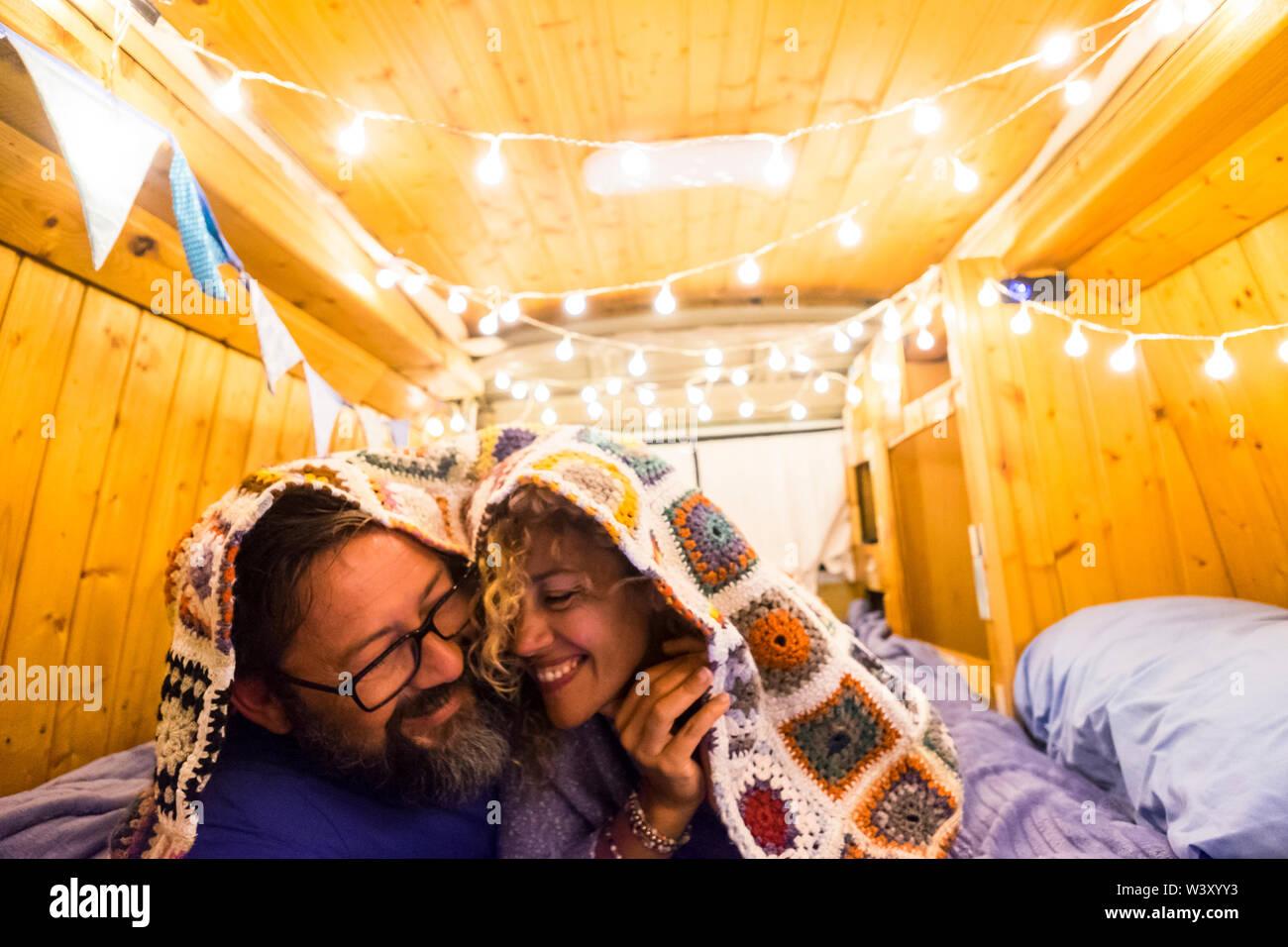 Paare, die in Liebe und Beziehung viel Spaß während einer Reise Urlaub mit einem alten restaurierten van zu winzigen Haus-van-life Konzept für moderne trendige Menschen e Stockfoto