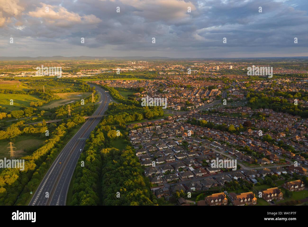 Luftaufnahme über der Autobahn A19 mit Blick auf die Wohnsiedlungen und countrysid von Stockton-on-Tees in Teeside bei Sonnenuntergang an einem ruhigen Sommer Tag Stockfoto
