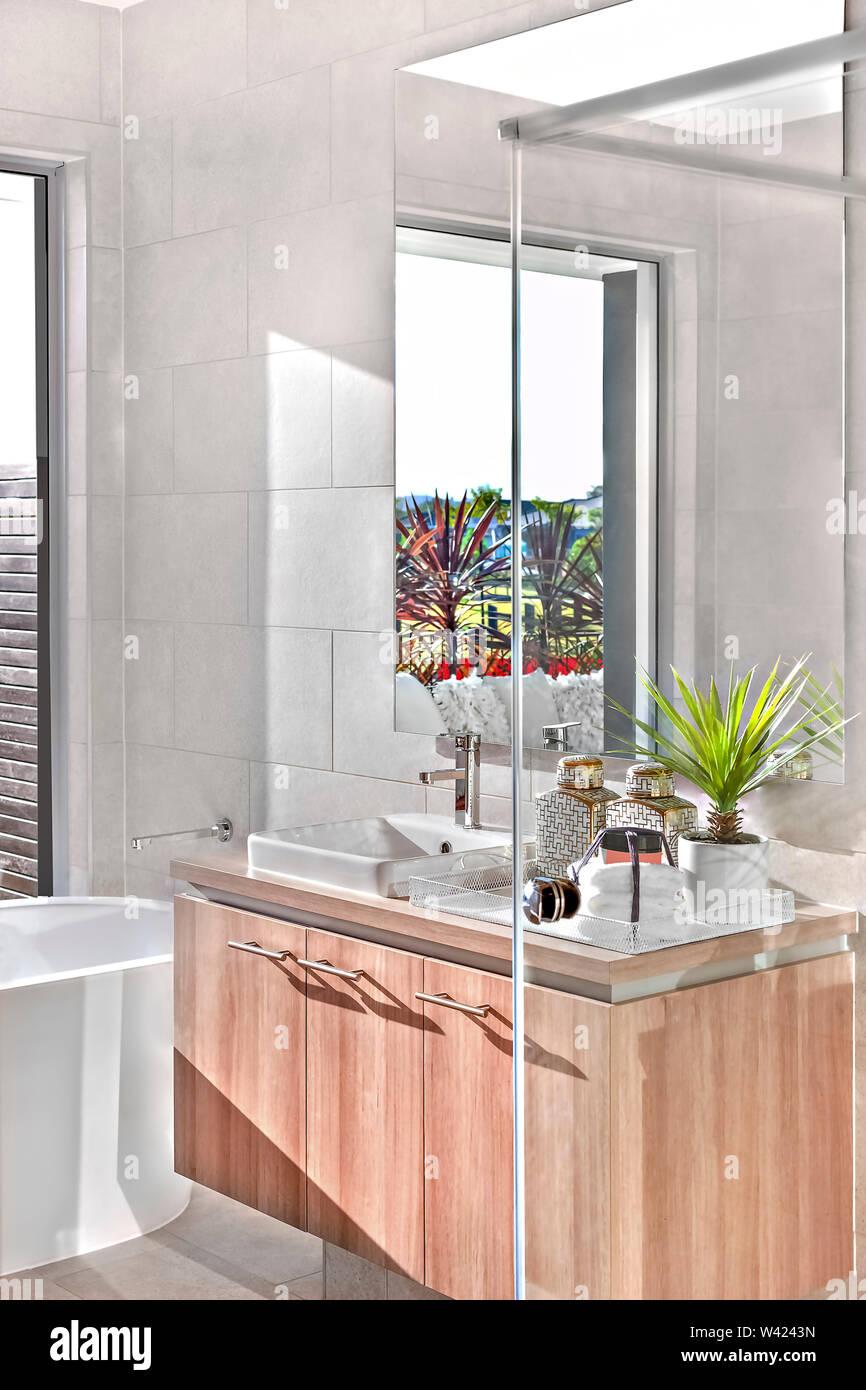 Luxuriöses Badezimmer mit Wanne und Waschmaschine Bereich ...