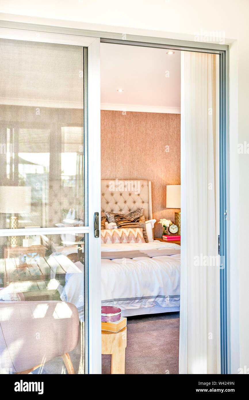 Luxuriose Schlafzimmer Eingang Mit Einem Glas Tur Offnet Nach Innen Es Gibt Ein Bett Und Lampen Konnen Durch Das Glas Gesehen Werden Stockfotografie Alamy