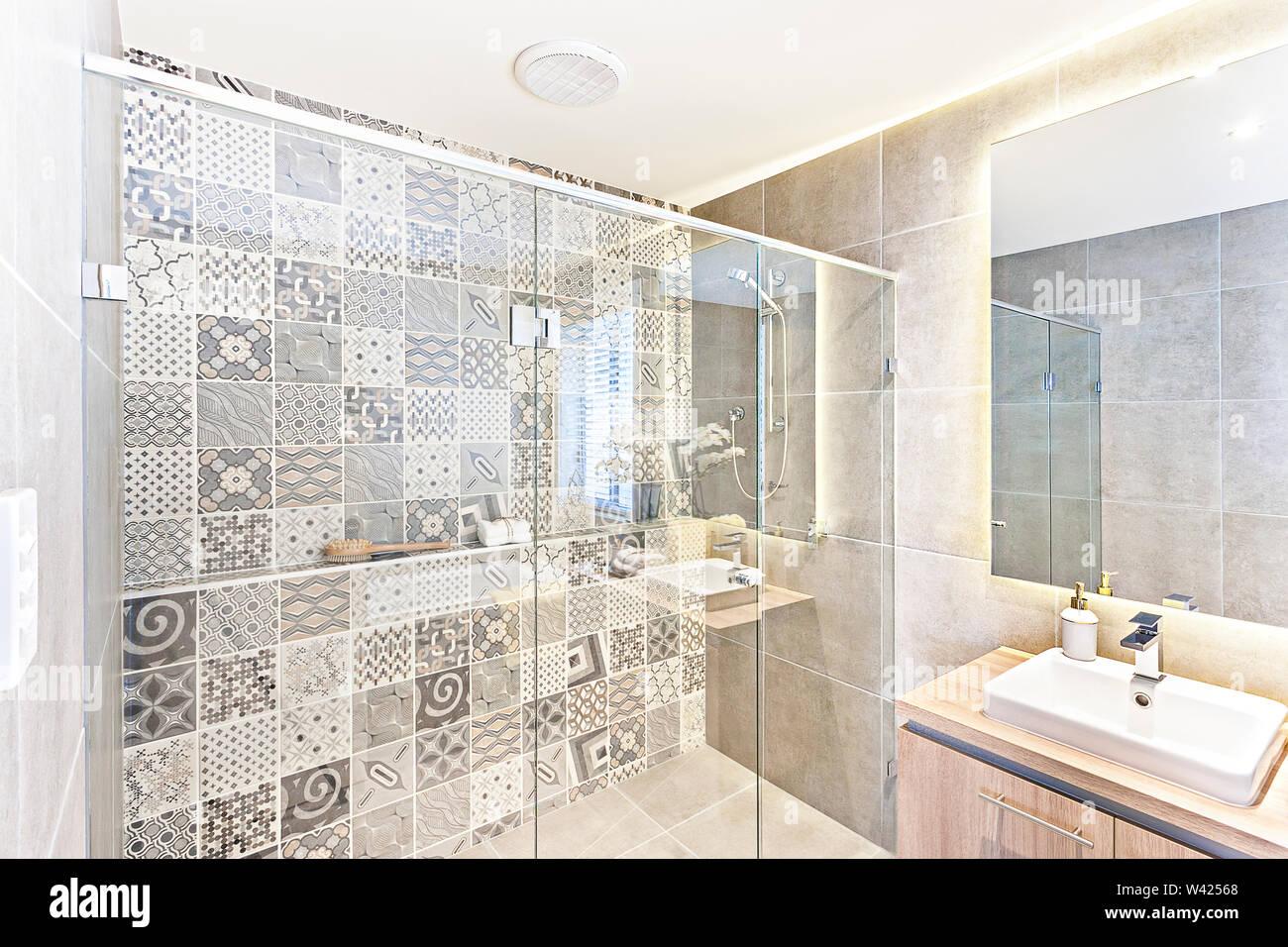 Badezimmer Muster Wall Design mit Kunst an der Wand in der ...