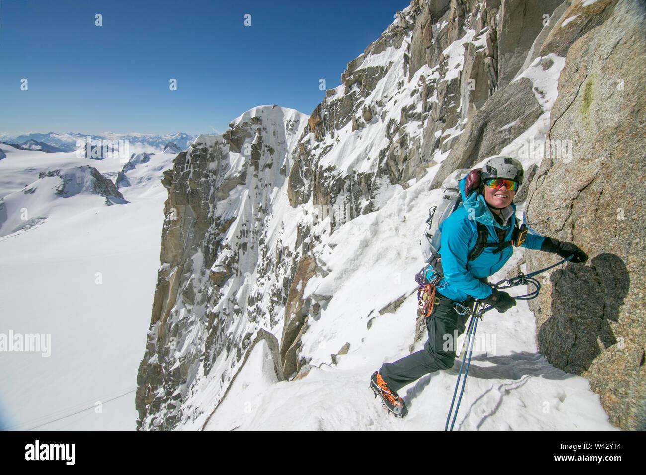 Frau alpinist Lächeln und die Seile auf der Cosmiques Ridge Stockfoto