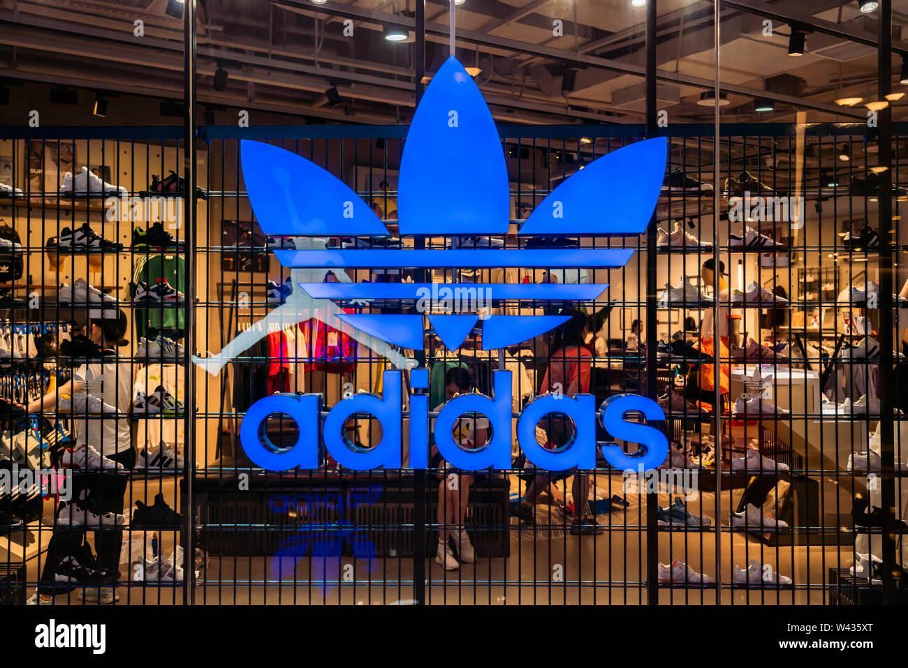 Adidas Originals, eine Linie von casual Sportbekleidung unter Deutschen multinationalen Sportkleidung der Marke Adidas, Speichern und Logo in Shanghai gesehen. Stockfoto