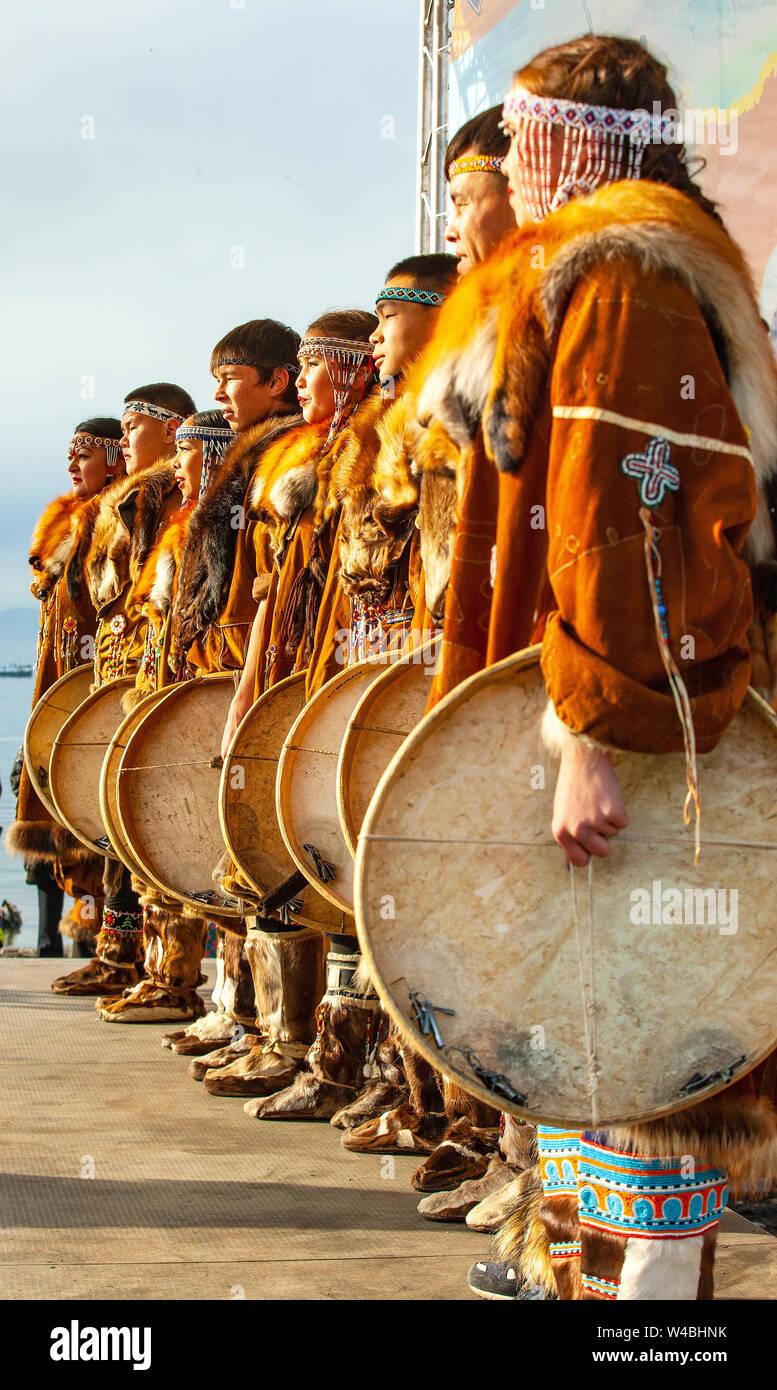 PETROPAVLOVSK, Kamtschatka, Russland - NOVEMBER 4, 2018: Folk Ensemble Performance im Dress der indigenen Völker von Kamtschatka. Die Ferienwohnung Nördliche aborig Stockfoto