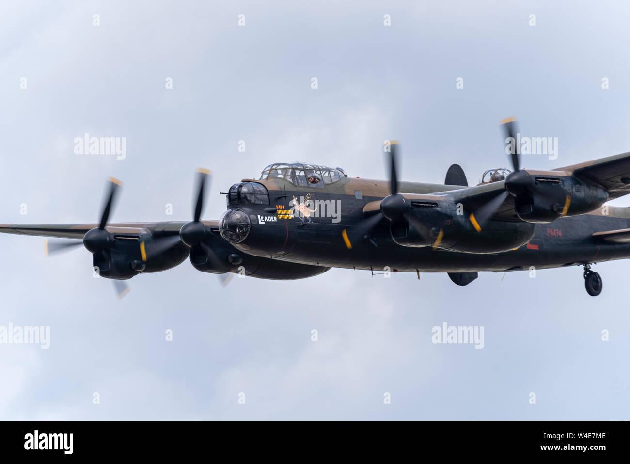 Royal Air Force RAF die Schlacht um England Memorial Flight Avro Lancaster Bomber im Royal International Air Tattoo Airshow, RAF Fairford, Cotswolds, UK. Stockfoto