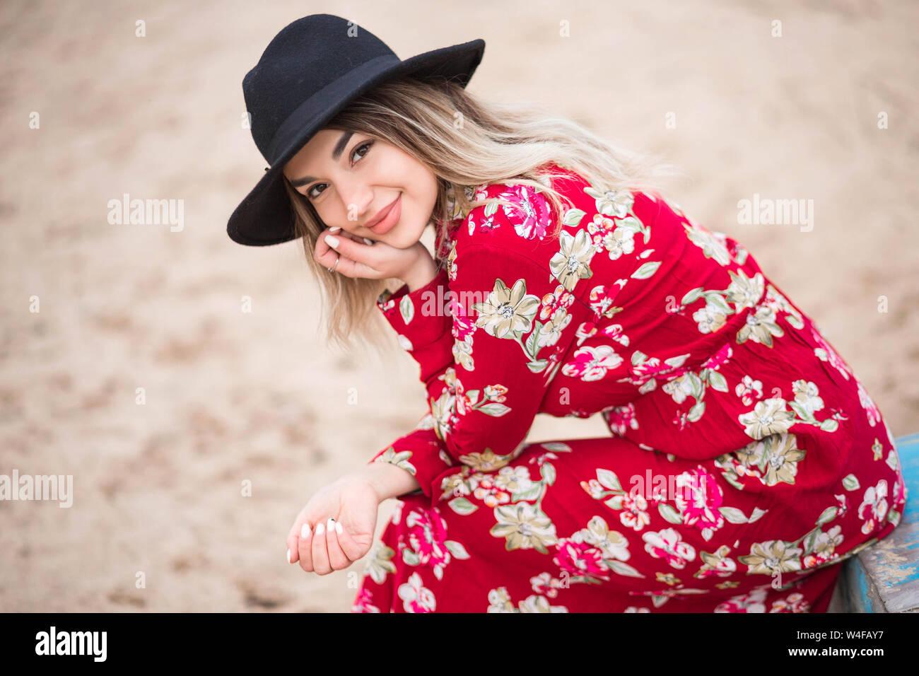Im Und Foto Kleid Schönen Von Mädchen Jacke Roten Schwarzen Y76vfgby