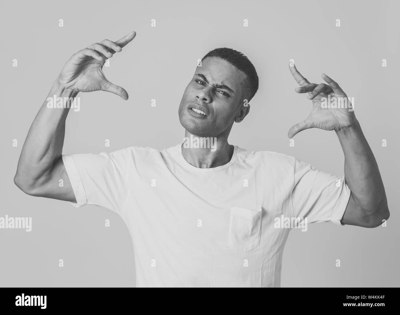 Nahaufnahme, Porträt einer attraktiven jungen afrikanischen amerikanischen Mann mit wütenden Blicken, wütend und Crazy in einen Streit oder Kampf. In den Menschen, die menschliche Stockfoto