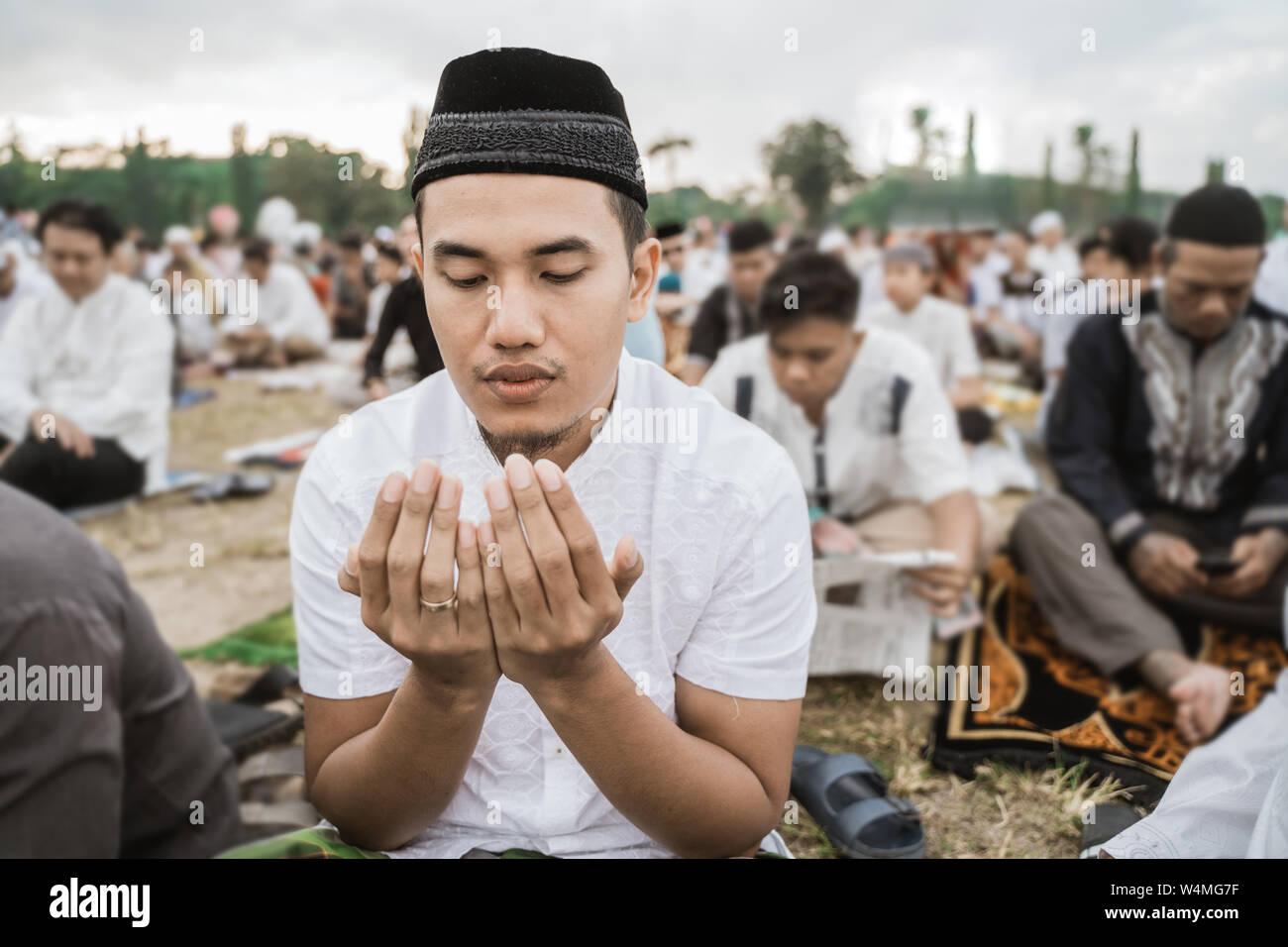 Bis in der Nähe ein Mann, der betet während des Eid al-Fitr Stockfoto