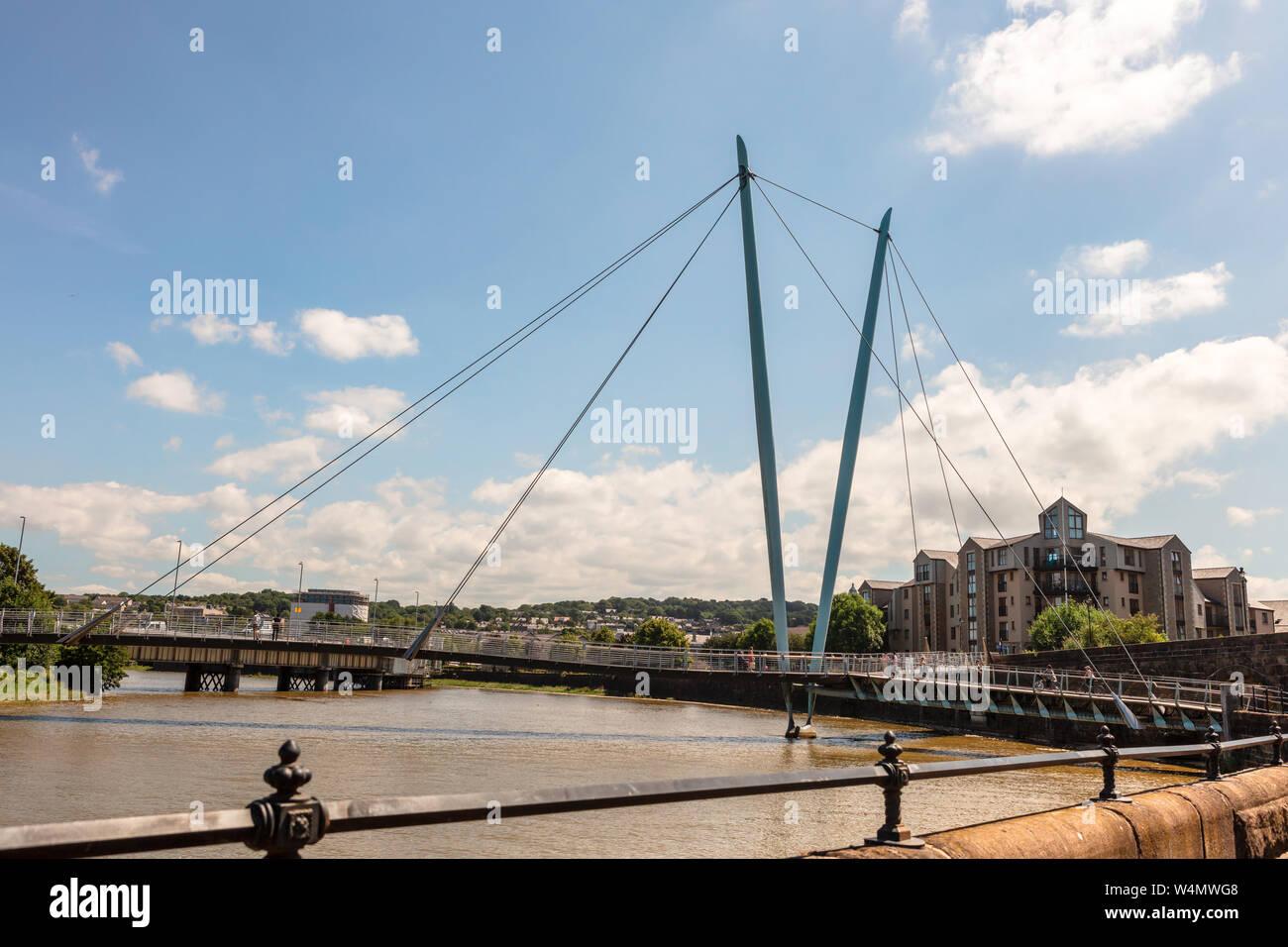 Landschaft mit Fluss Lune Millennium Bridge in der Stadt Lancaster, England. Stockfoto