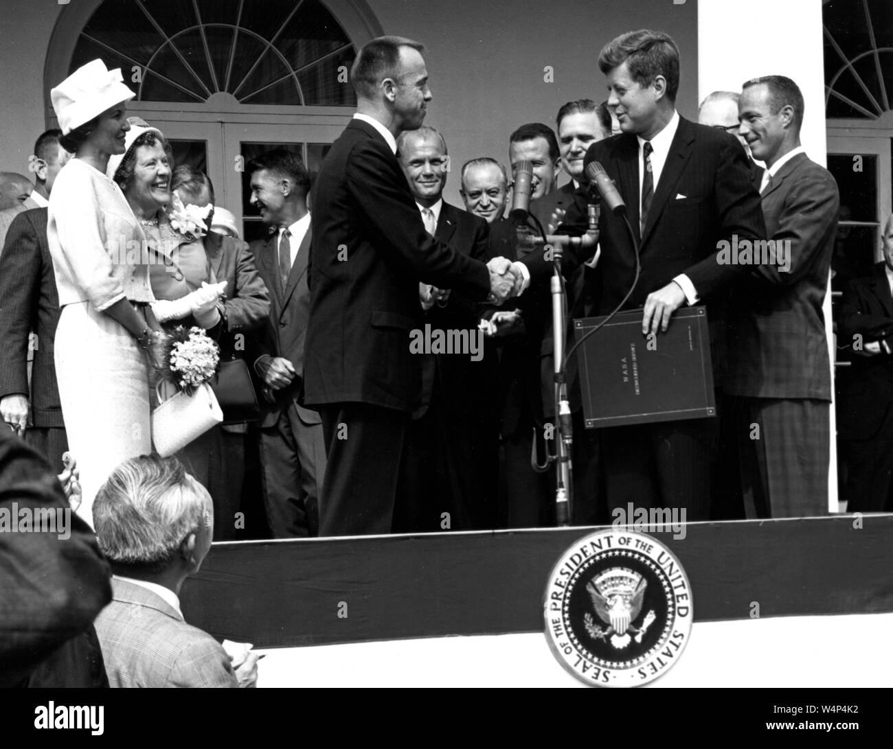 Präsident John F Kennedy gratuliert Astronaut Alan B Shepard Jr, der erste Amerikaner im Raum, auf seinem historischen Fahrt in die Freiheit 7 Raumfahrzeuge, White House, Washington, District of Columbia, 8. Mai 1961. Mit freundlicher Genehmigung der Nationalen Luft- und Raumfahrtbehörde (NASA). () Stockfoto