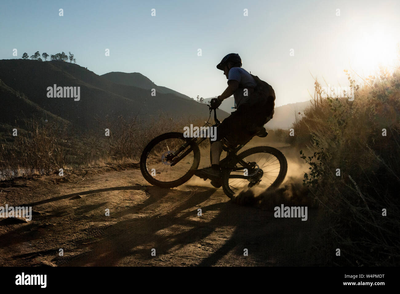 Reifer Mann reiten Mountainbike auf Trail in San Diego, Kalifornien Stockfoto