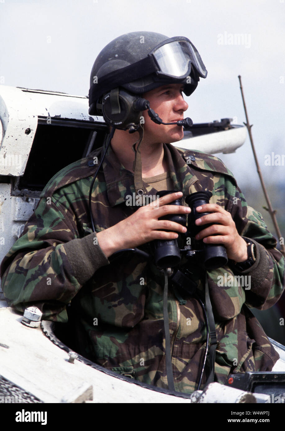 25. April 1993 während des Krieges in Bosnien: Im Zentrum von Stari Vitez, ein britischer Soldat der Cheshire Regiment wacht aus der Luke eines FV103 Alvis Spartan APC. Er ist etwa 200 Meter von der HVO (bosnisch-kroatischen) Linie, die Straße hinunter. Stockfoto