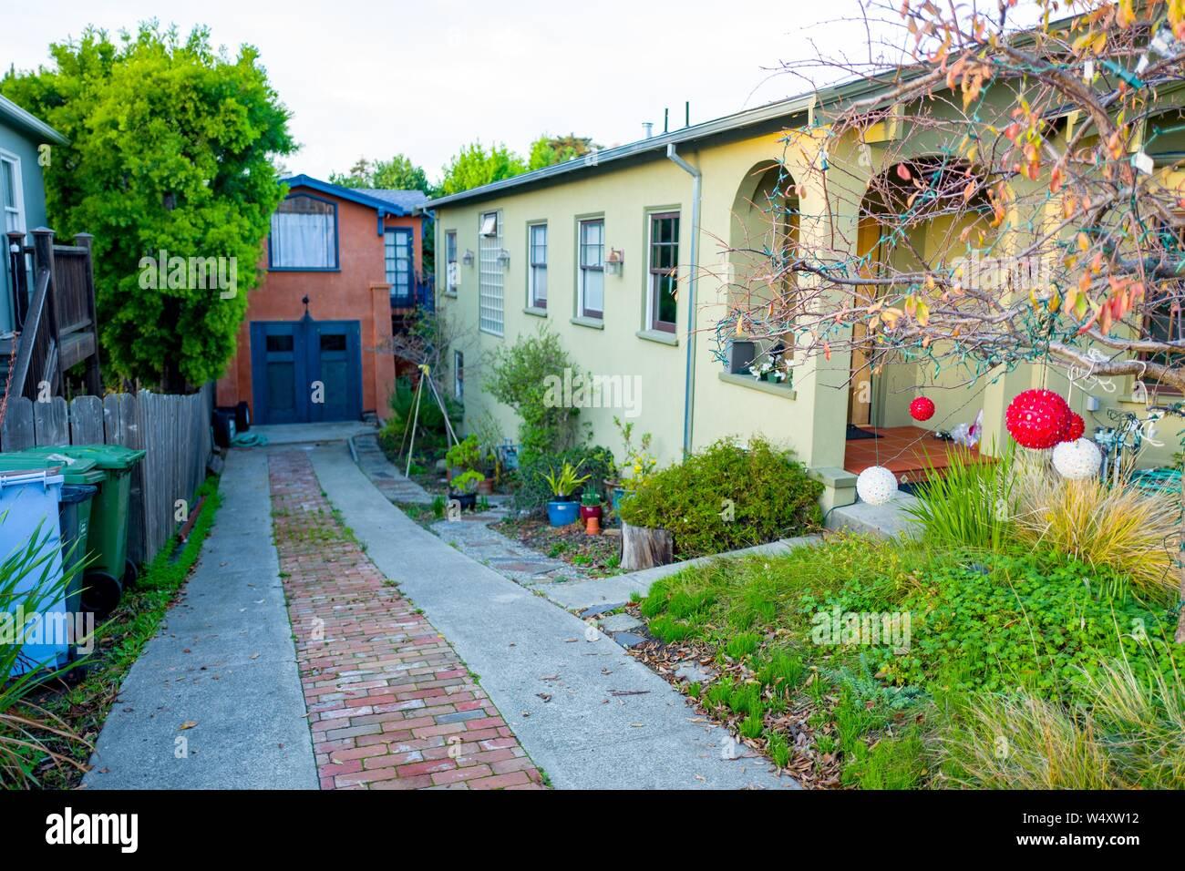 Blick hinunter Einfahrt zu einem großen Haus auf dem Weg zu einer vermeintlichen Zubehör Wohneinheit (ADU), die gemeinhin als im Gesetz Einheit in einer umgebauten Garage in Berkeley, Kalifornien, 18. Dezember 2018 bekannt. ADUs sind eine umstrittene architektonische Besonderheit in Berkeley, wo sie oft gebaut sind Gehäuse Dichte in der San Francisco Bay Area Vorort zu erhöhen. () Stockfoto