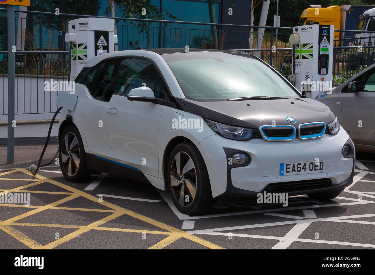 Aufladen des elektrischen Auto auf der Autobahn mit ökologisch erzeugtem Strom für das billige Öl Fahrt, die nicht die Welt kosten Stockfoto
