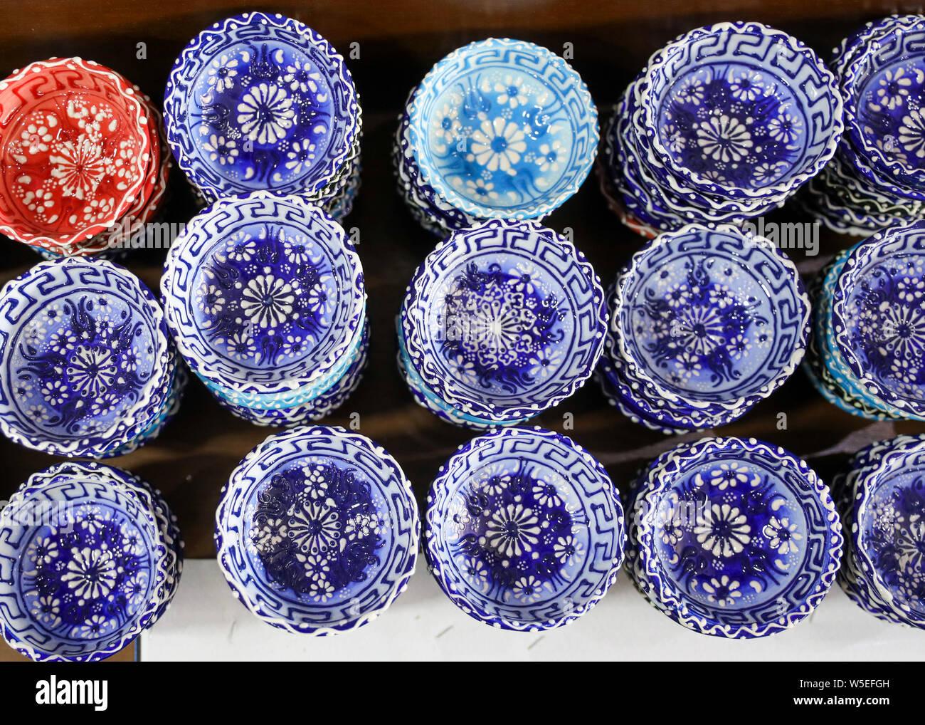 Schalen gesäumt, zum Verkauf auf dem Markt. Stockfoto