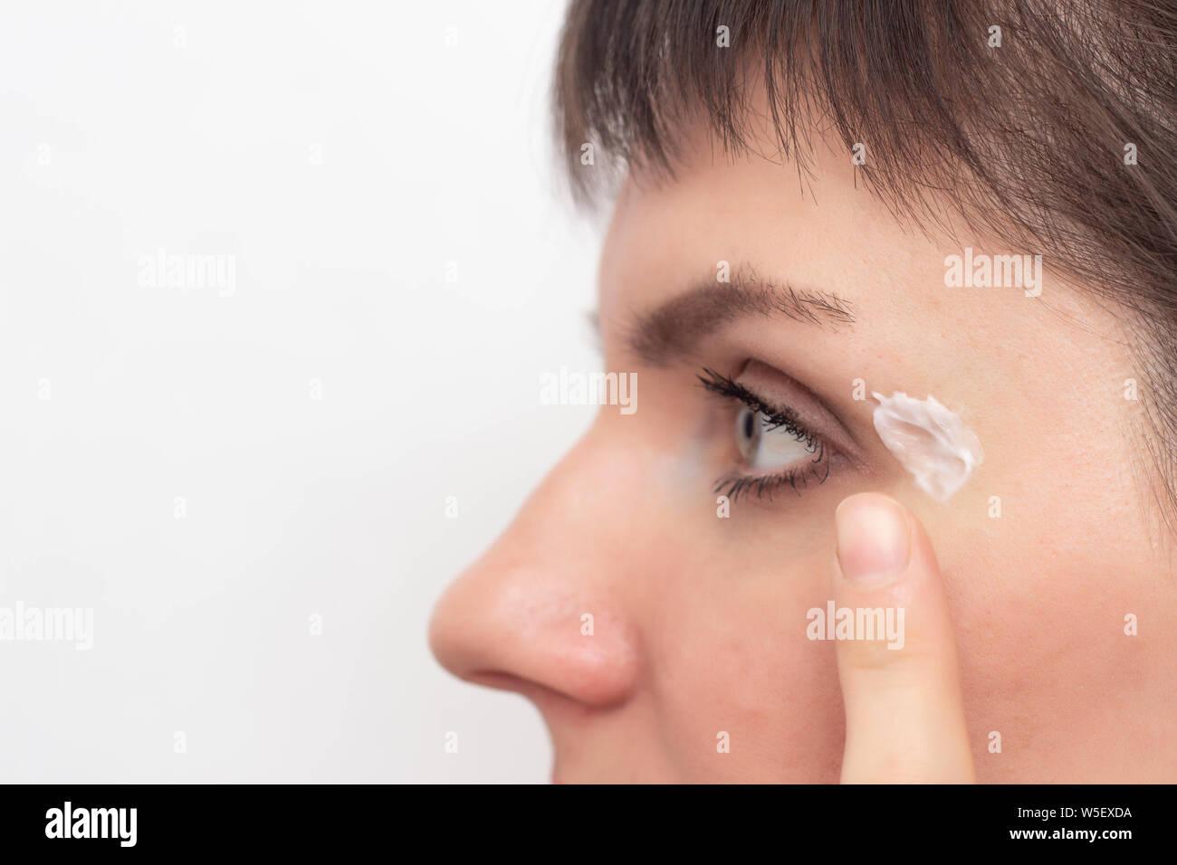 Das Mädchen Mit Eine Heilende Creme Und Salbe Eine Narbe Und Eine Narbe Im Gesicht Für Heilung Die Behandlung Von Narben Kopieren Problem Stockfotografie Alamy
