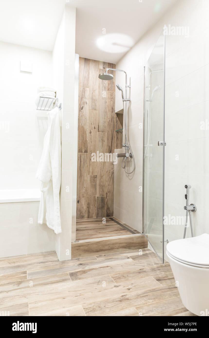 Begehbare Dusche im Badezimmer mit hölzernen Stil Kachel ...