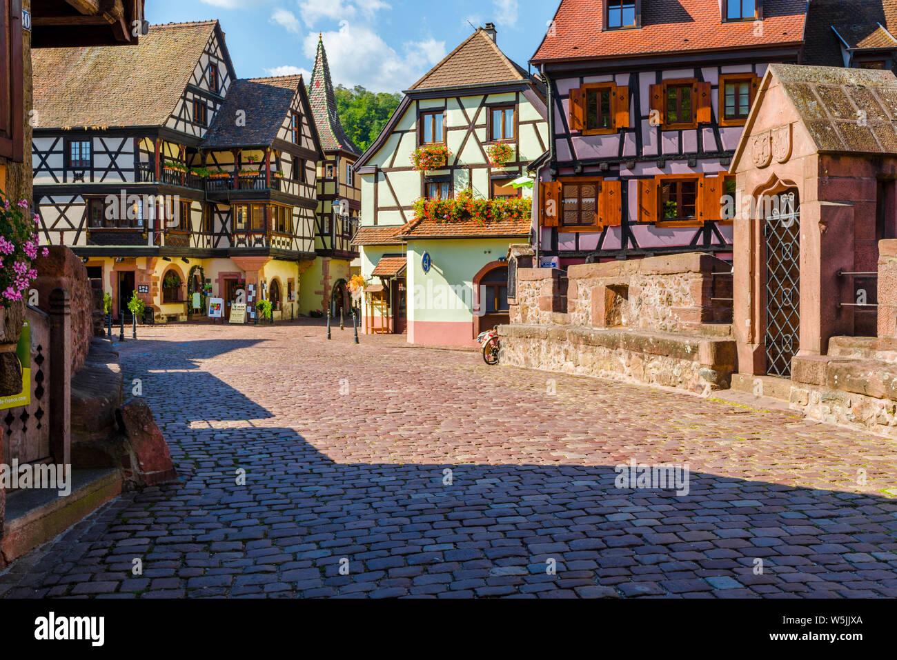 Malerische Altstadt, im historischen Zentrum von Kaysersberg, Elsass, Frankreich, Altstadt mit bunten Fachwerkhäusern und steinerne Brücke Stockfoto