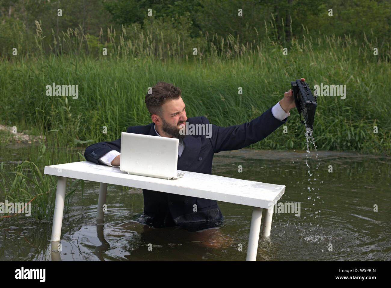 Müde Arbeiter, Manager, Call Center Mitarbeiter ertrunken oder warf das Telefon ins Wasser. ungeliebte Arbeit im Büro Stockfoto