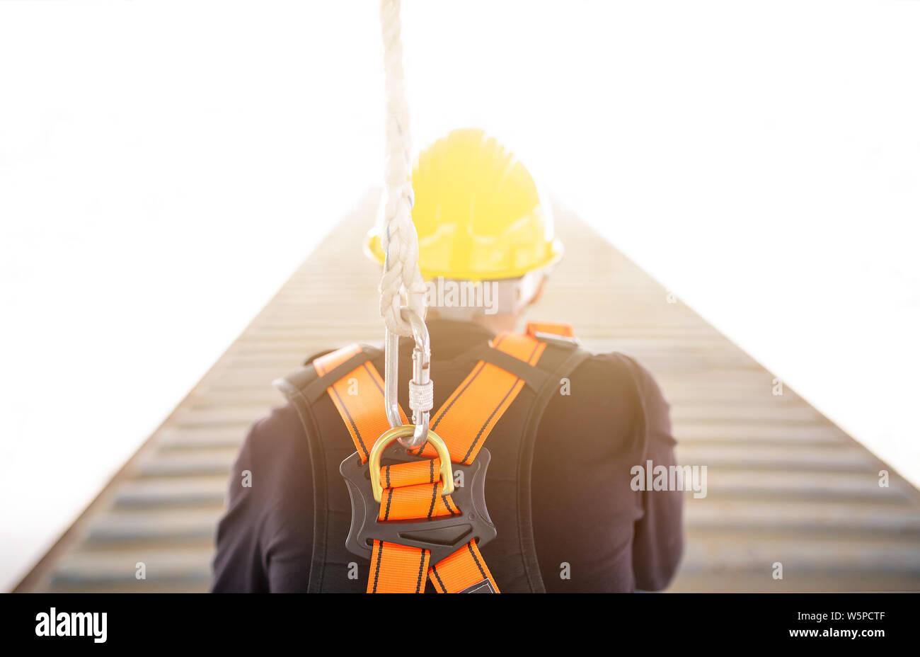 Industrielle Arbeiter mit Sicherheit Schutzausrüstung Schleife in seinem Rücken, Sicherheitskonzept Stockfoto
