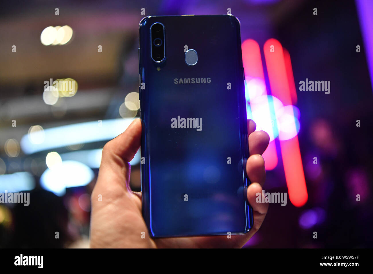 Ein Kunde versucht, eine Samsung Galaxy A8 s Smartphone während der Veranstaltung in Peking, China, 10. Dezember 2018. Samsung angekündigt, seine erste Infini Stockfoto