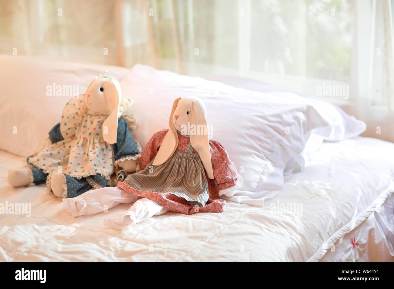 Modernes Schlafzimmer Mit Kaninchen Puppen Auf Dem Bett Stockfotografie Alamy