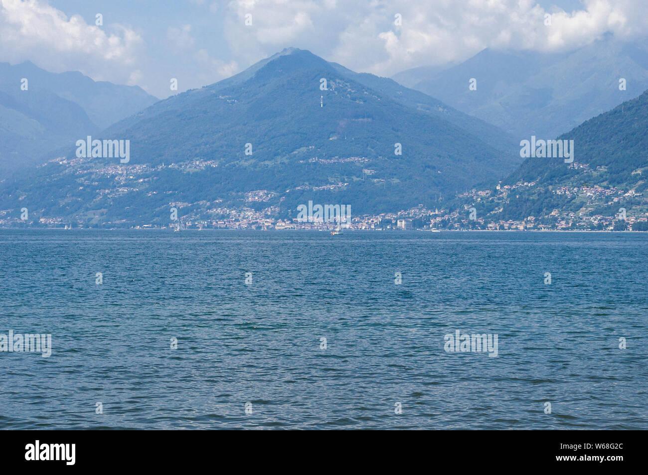 Sicht auf die Berge See an einem sonnigen Sommertag. Bezirk von Comer See, Colico, Italien, Europa. Stockfoto