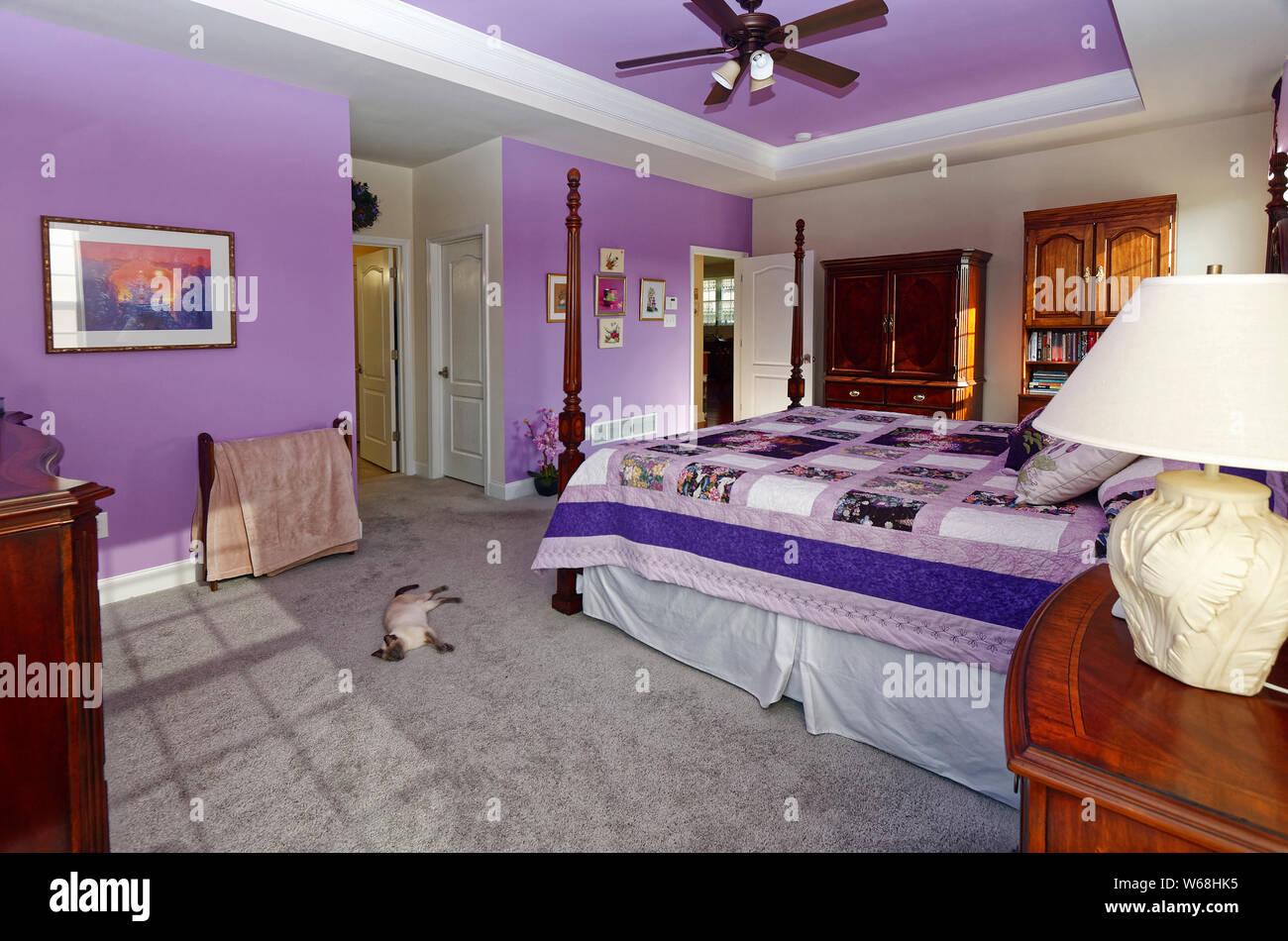 Schlafzimmer, traditionelle Möbel, Teil lavendel Wände und ...