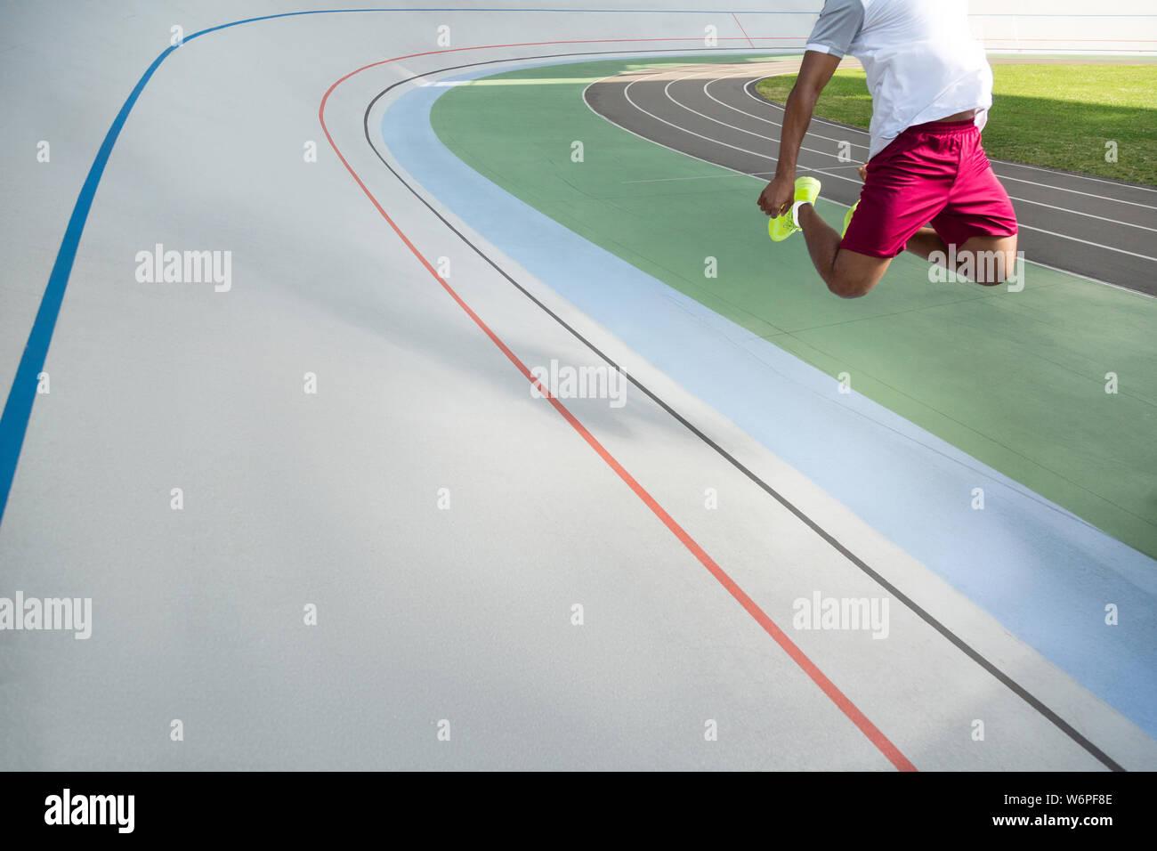 Starke Beine eines afrikanischen amerikanischen männlichen Athleten Stockfoto