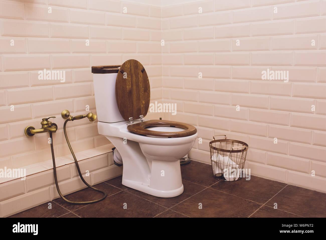 Weiße Toilette in modernen Haus, weiß Schüssel in Reinigung ...