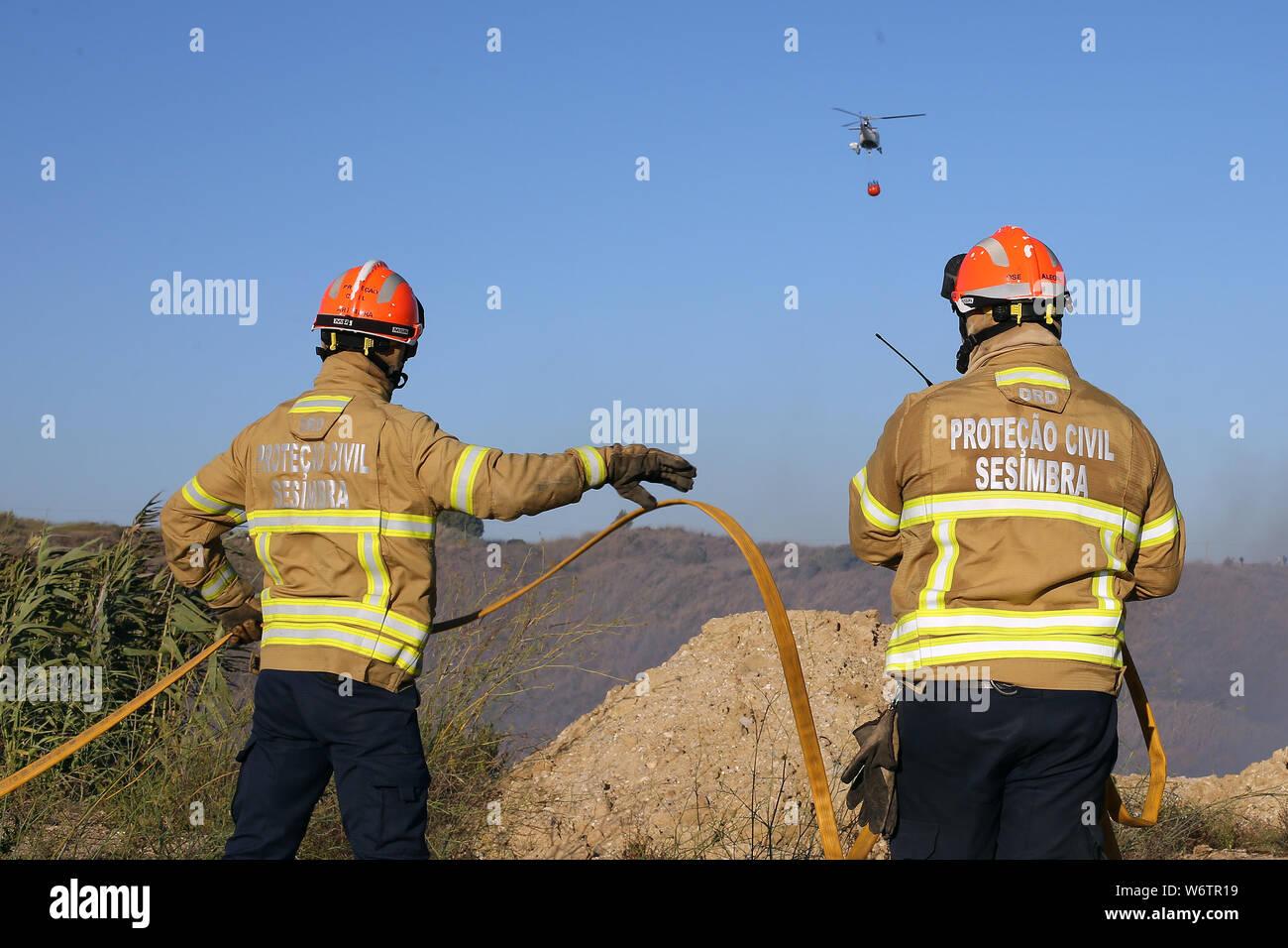 Sesimbra, Portugal. 2 Aug, 2019. Feuerwehrleute versuchen, ein Feuer in Sesimbra, Portugal, August 2, 2019 zu löschen. Credit: Petro Fiuza/Xinhua Quelle: Xinhua/Alamy leben Nachrichten Stockfoto