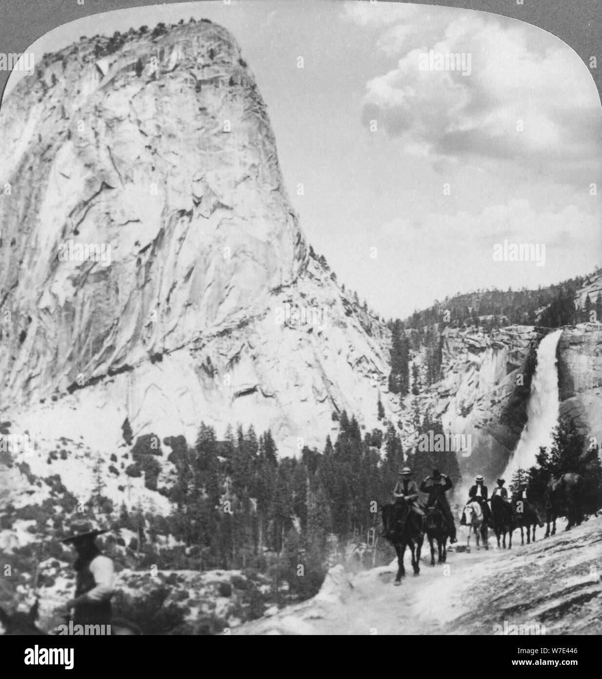 Nevada fällt und Liberty Cap aus einem Trail, Yosemite Valley, Kalifornien, USA, 1902. Artist: Underwood & Underwood Stockfoto