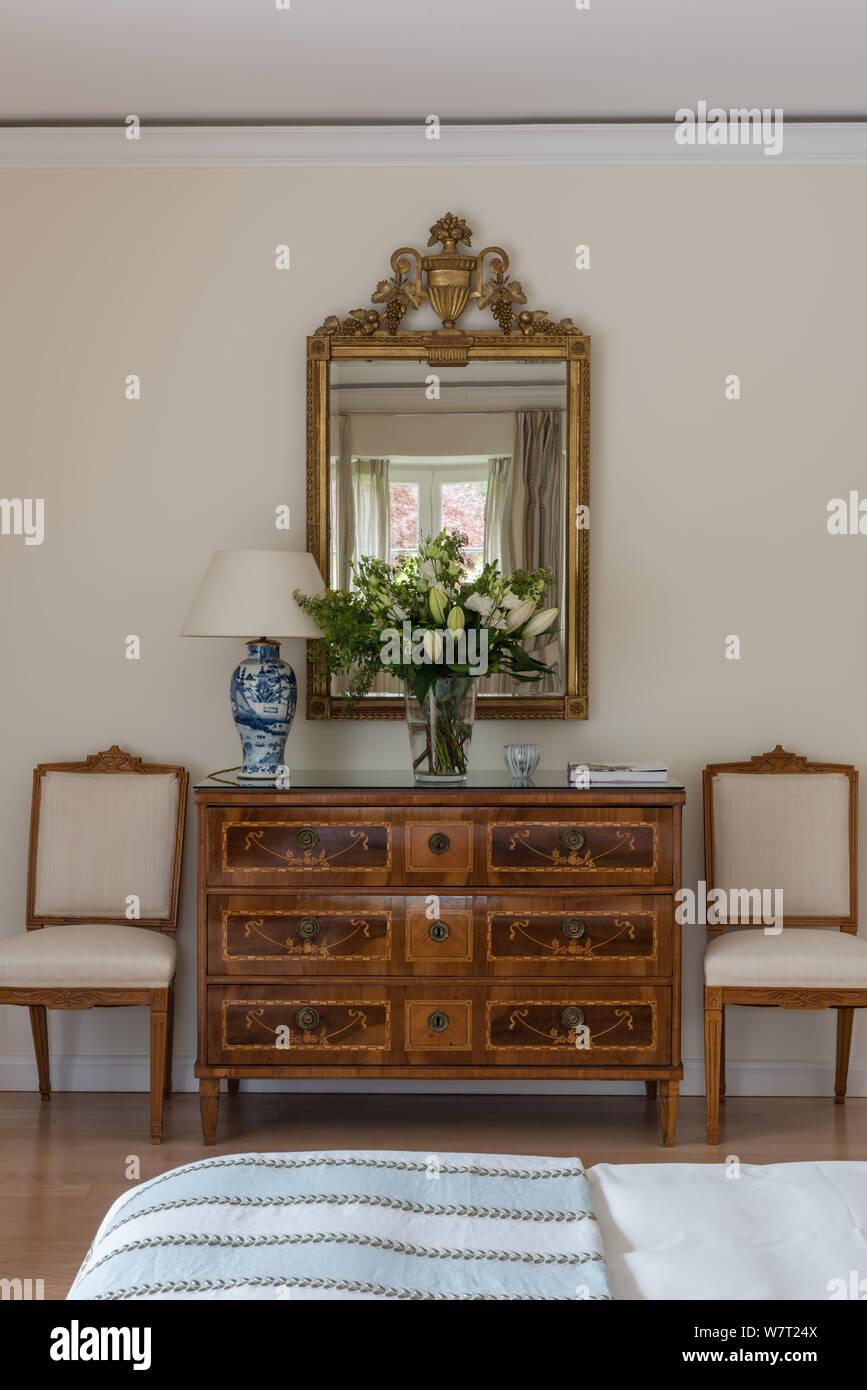 Antike Schubladen unter Spiegel im Schlafzimmer Stockfoto ...