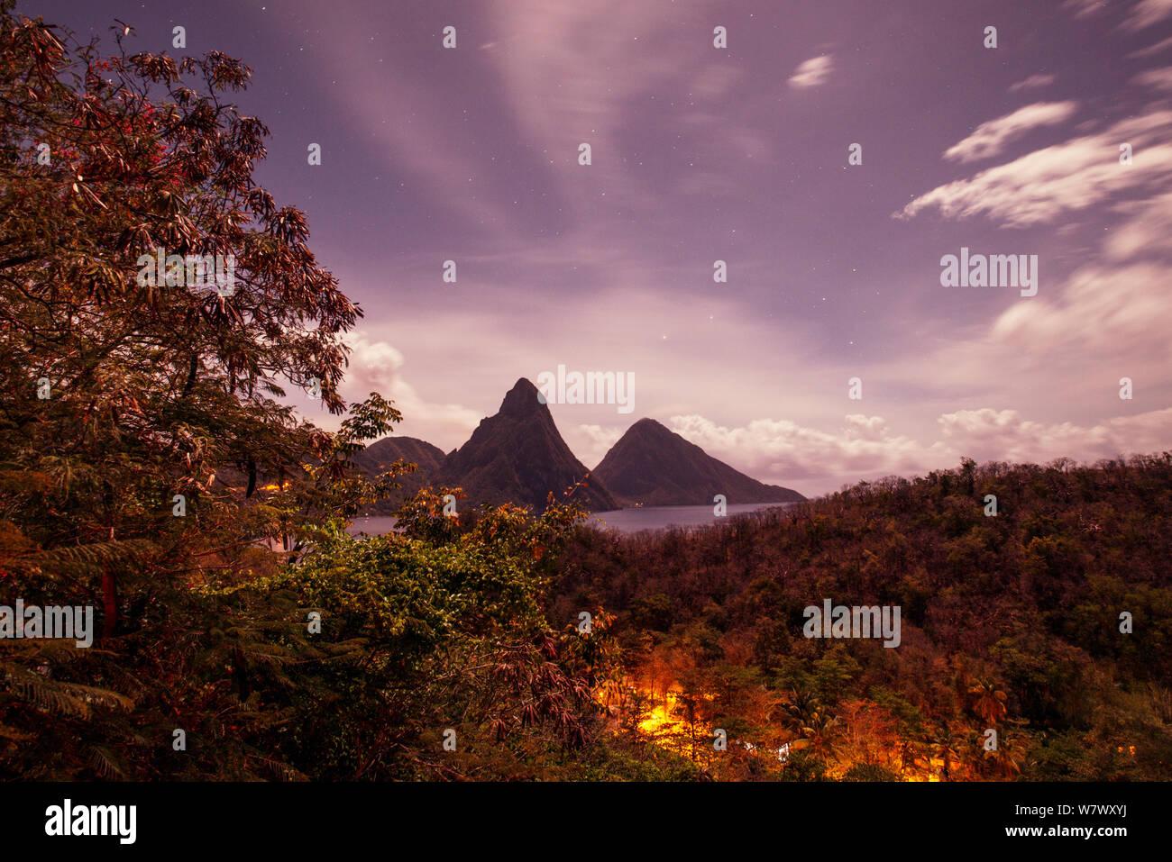 Blick auf die Pitons in der Nacht bei Vollmond, Gros und Petit Piton, von Anse Chastenet, Saint Lucia. April 2014. Stockfoto