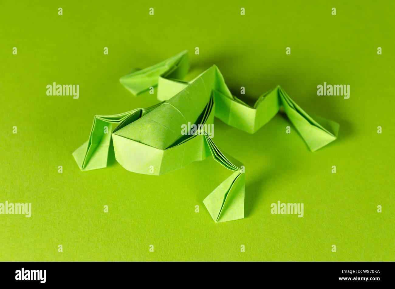 Grune Origami Frosch Auf Grunem Hintergrund Japanische Kunst Des Papierfaltens Flache Quadratische Blatt Papier In Fertige Skulptur Durch Falten Ubertragen Stockfotografie Alamy